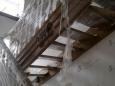 Деревянная лестница с площадкой, резными деревянными накладками, сосна (сорт А)