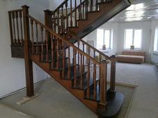 Деревянная лестница, массив березы и сосны. Челябинск