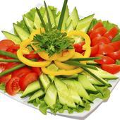 Овощная тарелка с ассорти из зелени. Челябинск